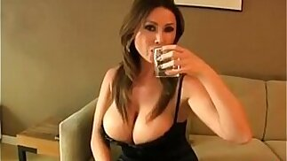 Madrastra puma caliente y cachonda seduce a su hijastro para tener sexo - Pov-porn.net