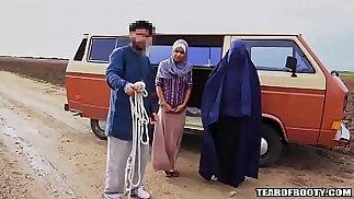 L\'uomo arabo vende la propria figlia