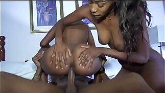 Threesome con due giovani ragazze stravaganti - Tasexy.com