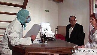 La vecchia sposa si fa prendere a calci in culo dal ginecologo in una cosa a tre con il marito.