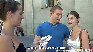 COPPIE CECA Una giovane coppia prende soldi per un quartetto pubblico