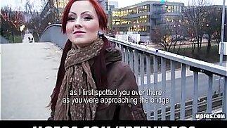 La rossa ceca è pagata in contanti per mostrare e succhiare cazzi in pubblico