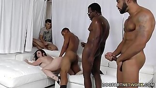 Sara Jay si fa sbattere da ragazzi neri davanti a suo figlio