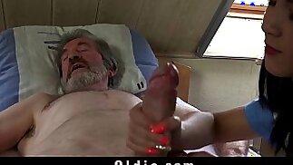 L\'infermiera adolescente Lady Dee scopa il trattamento per un vecchio paziente malato