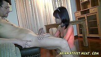 Piccola ragazza tailandese con le tette piccole e la bottiglia inculata