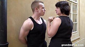 Una moglie grassa e matura paga un giovane ragazzo 50 euro per un pompino