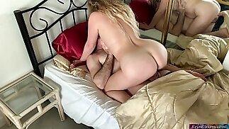 La madrastra tiene sexo con su hijastro para prepararlo para la escuela - Erin Electra
