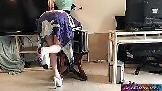 La madrastra se queda atascada mientras sale a escondidas y se folla al hijastro para liberarse - Erin Electra