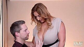 Il professore scopa la sua moglie naturalmente prosperosa prima delle vacanze