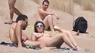 Sol scopa un ragazzo in una spiaggia circondata da guardoni